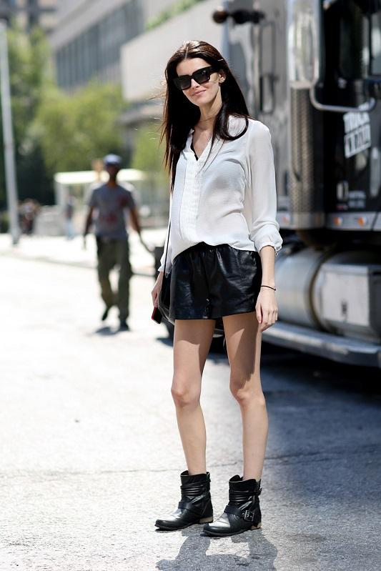 Кожанная черная мини юбка и белая прозрачная рубашка
