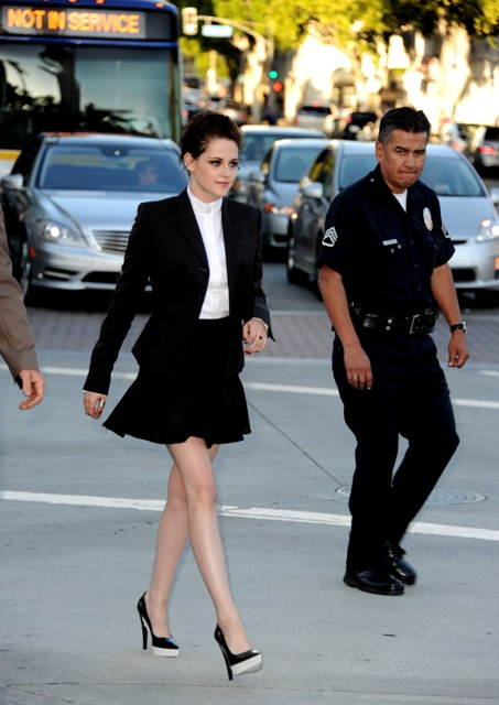 Кристен Стюарт в черной юбке