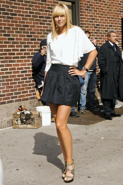 Мария Шарапова в черной юбке