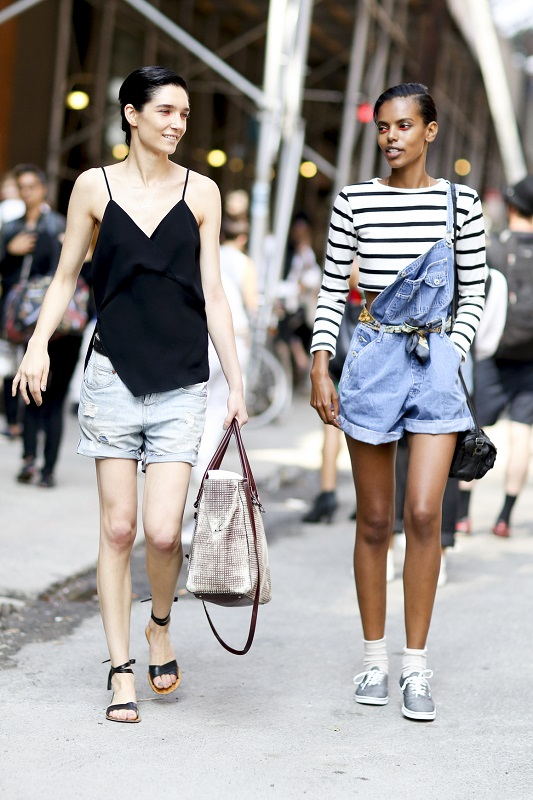 Модель слева в шортах и черном топе, модель справа в футболке и джинсовом комбинезоне