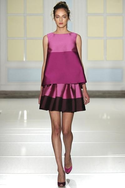 Модель в коротком, сиреневом платье