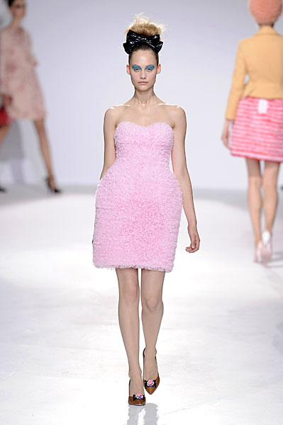 Модель в нежно-розовом мини платье