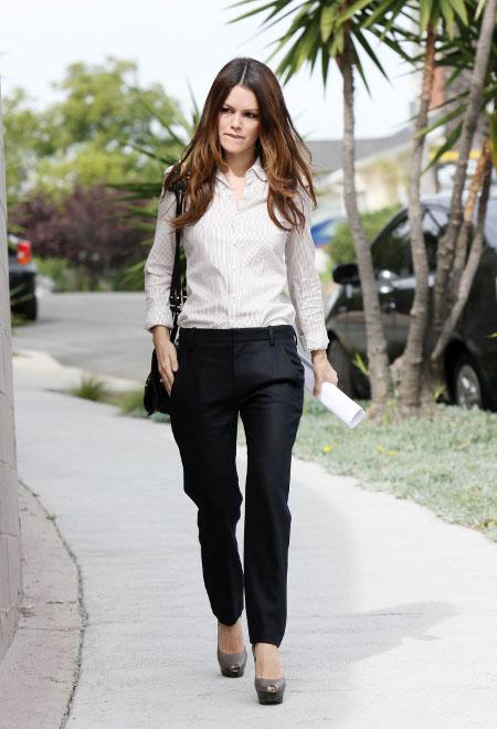 Рэйчел Билсон в черных брюках