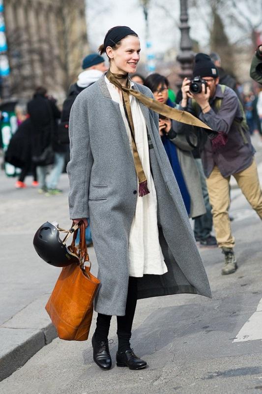 Saskia de Brauw в сером пальто и тонким шарфиком на шее