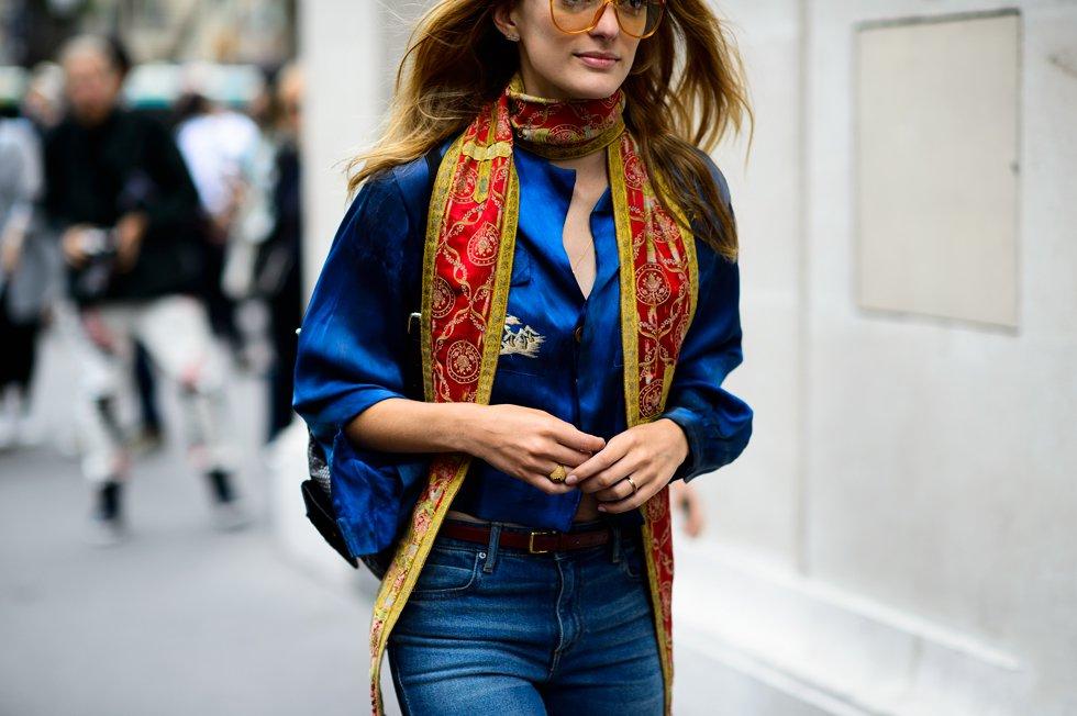 Sofía Sanchez в синем и тонким шарфиком на шее