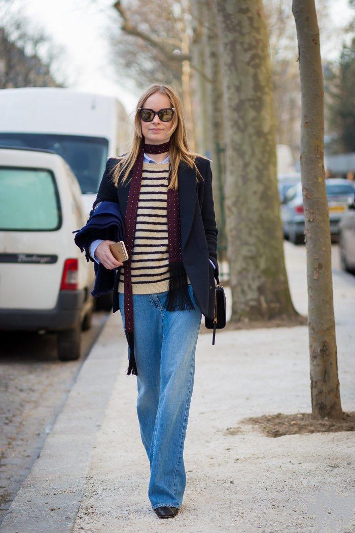 Thora Valdimarsdottir в бойфрендах, свитере, жакете и с тонким шарфиком на шее