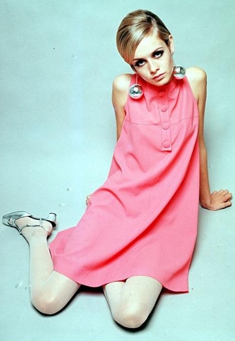 Твигги в розовом мини платье