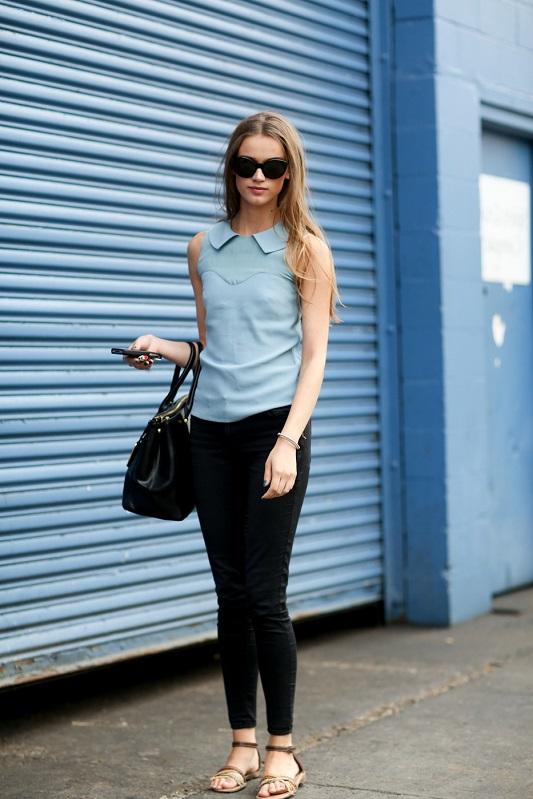 Узкие брюки и голубой топ