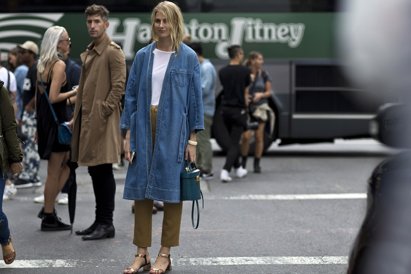 Два тренда в одном образе: джинсовый плащ и золотые босоножки