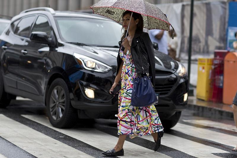 Даже в дождливую погоду легкий красочный сарафан не покидает луки модниц NY