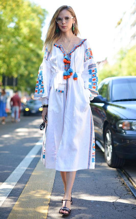ANASTASIA MASIUTKINA в дивном народном платье-рубахе