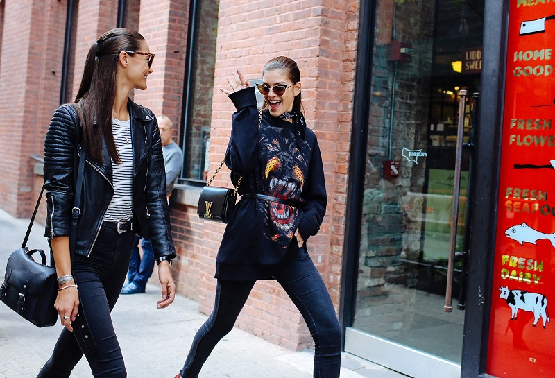 Немного рокерского шика. На фото Anja Leuenberger и Marta Ortiz в свитшоте от Givenchy и с сумочкой от Louis Vuitton