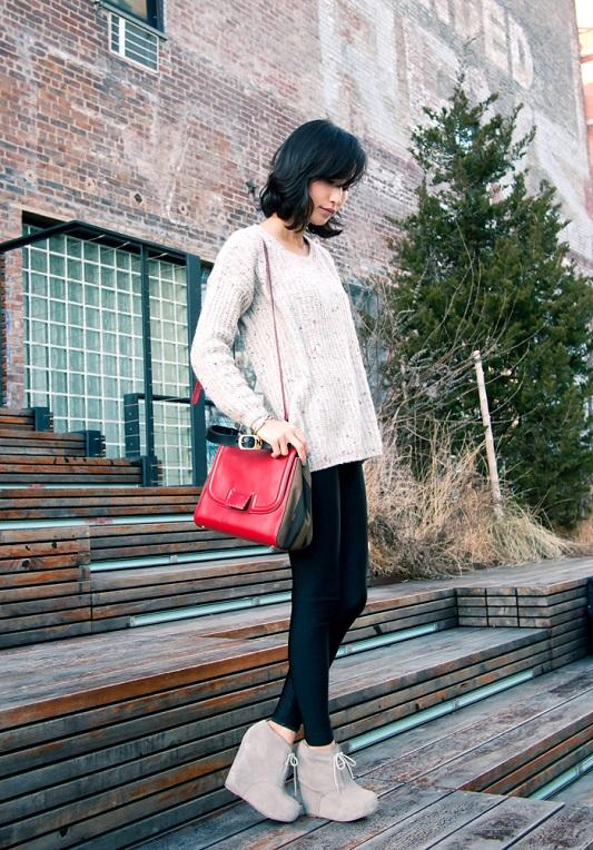 Девушка с красной сумкой