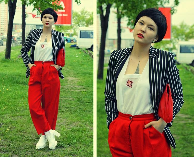 Девушка в белых ботильонах и красных брюках