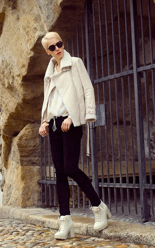 Девушка в белых ботильонах и куртке