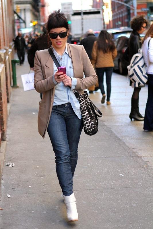 Девушка в бежевом пиджаке