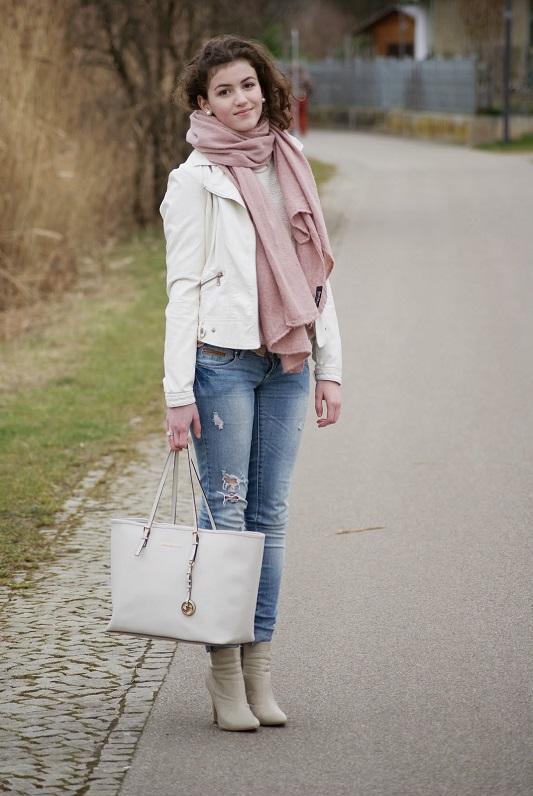 Девушка в бежевой куртке