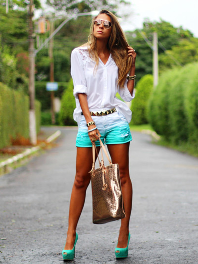 Девушка в бирюзовых шортах