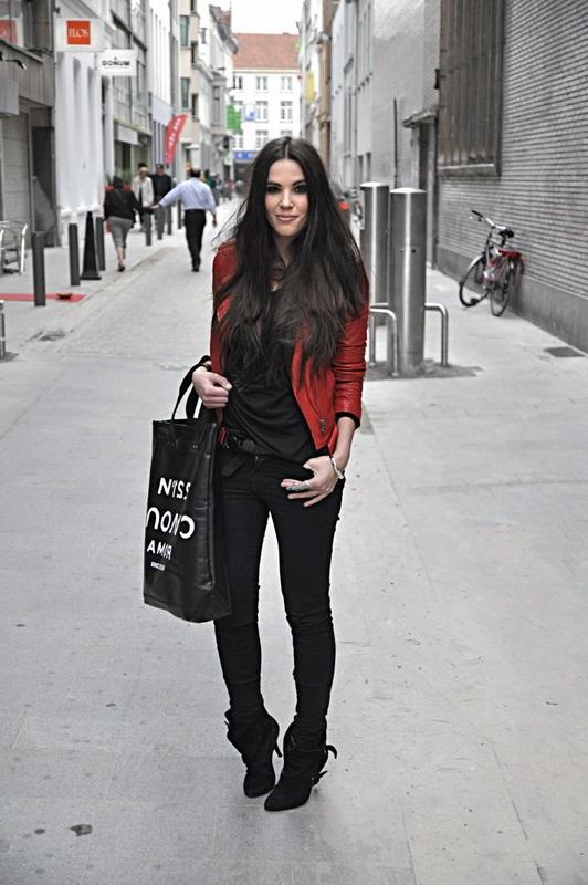 Девушка в черном луке