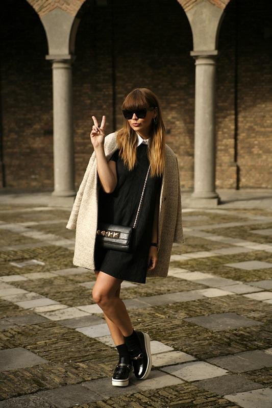 Девушка в черном мини платье и бело-черных криперах