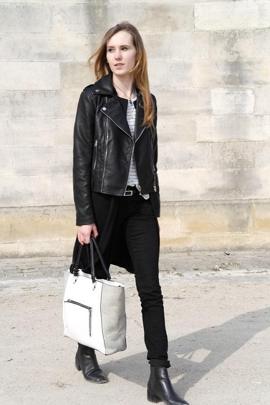 Девушка в черных брюках