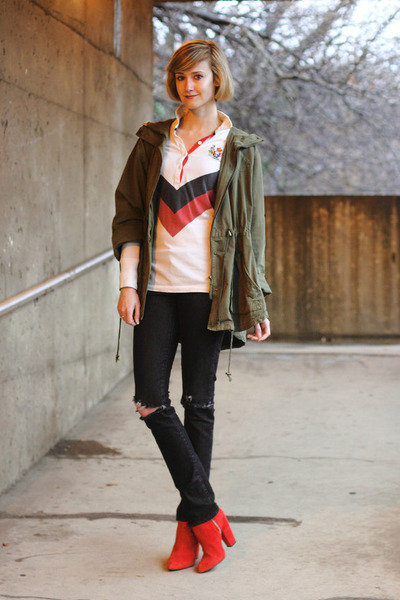 Девушка в черных рваных джинсах