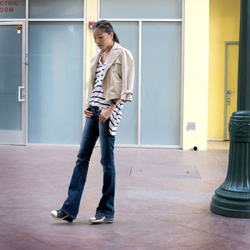 Девушка в джинсах буткатах