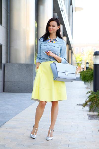 Девушка в голубой блузке и желтой юбке