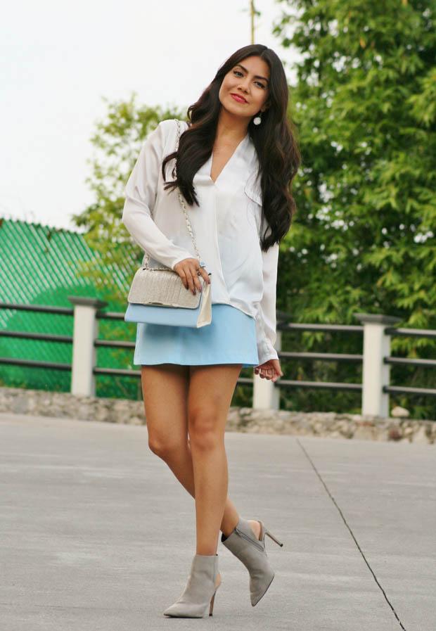 Девушка в голубой юбке
