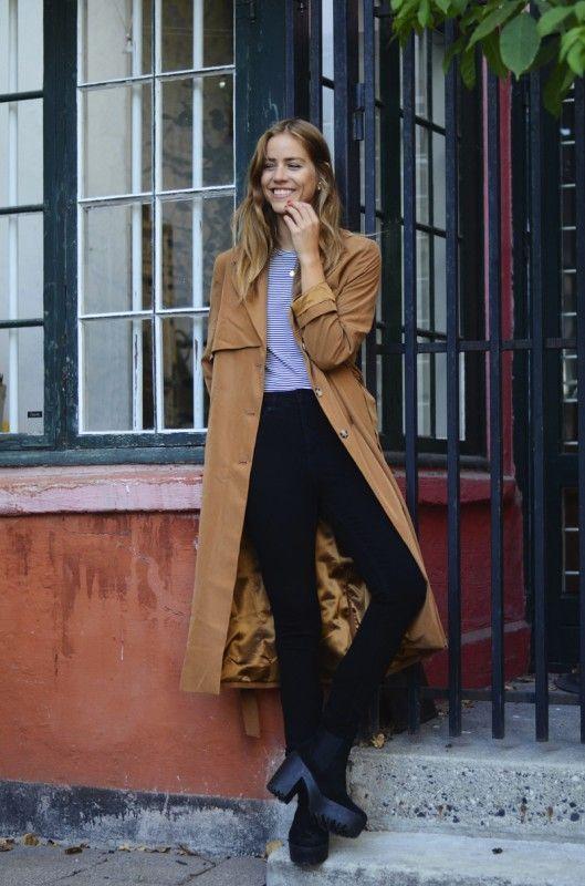 Девушка в коричневом пальто