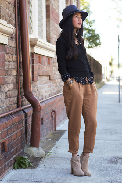 Девушка в коричневых брюках