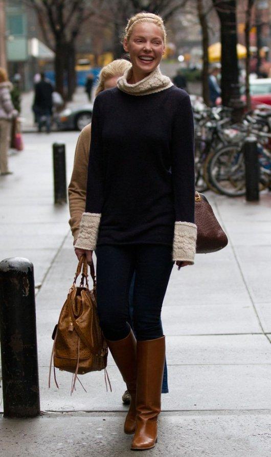 Девушка в коричневых сапогах трубах