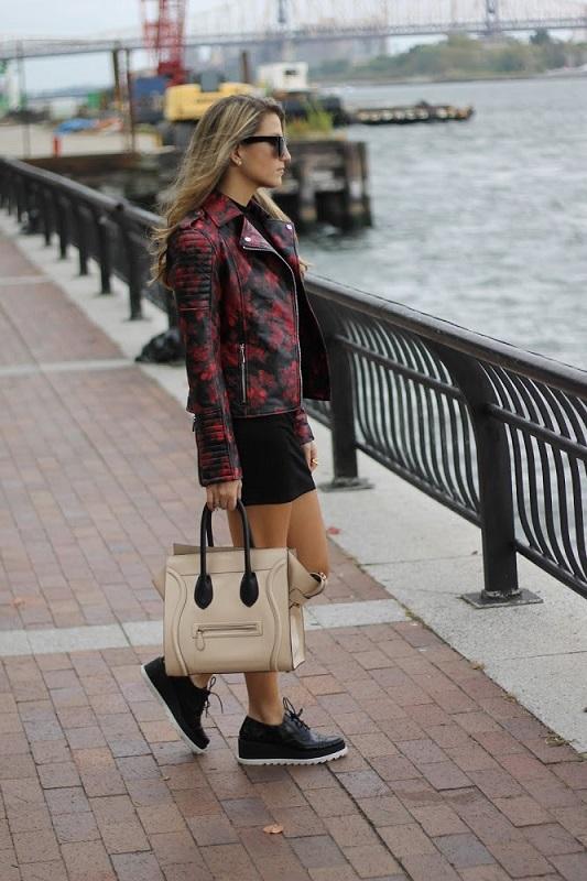 Девушка в кожанной куртке, черной мини юбке и криперах