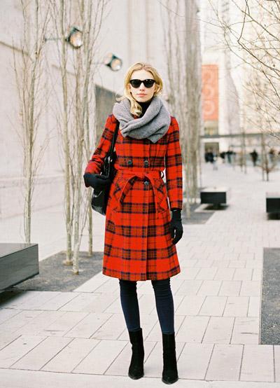 Девушка в красном клетчатом пальто