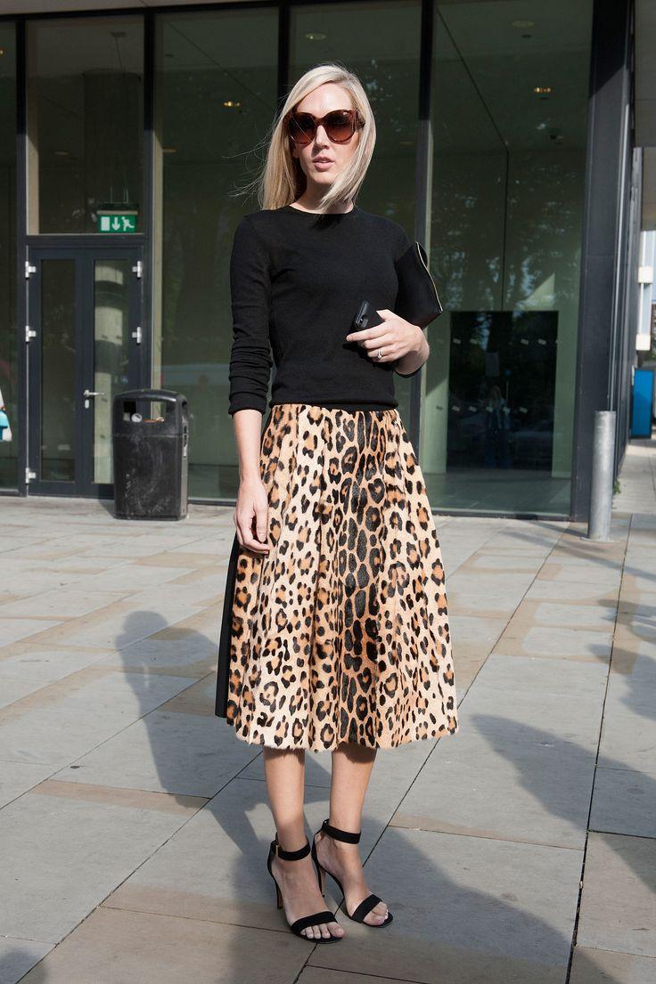 Девушка в леопардовой юбке миди