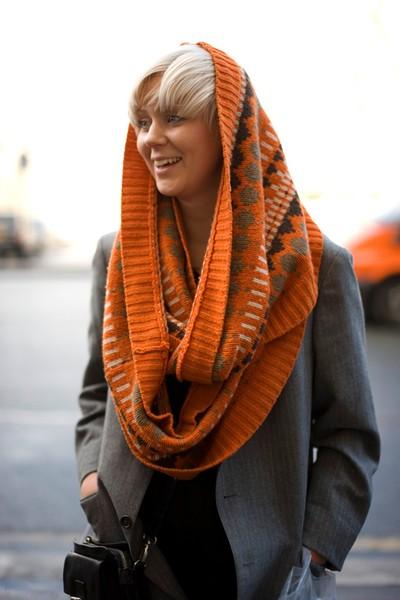Девушка в оранжеом снуде