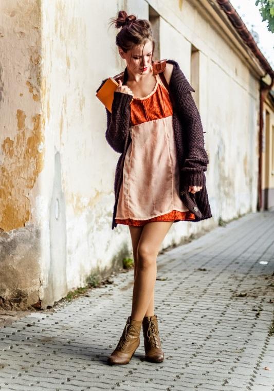 Девушка в платье-майке