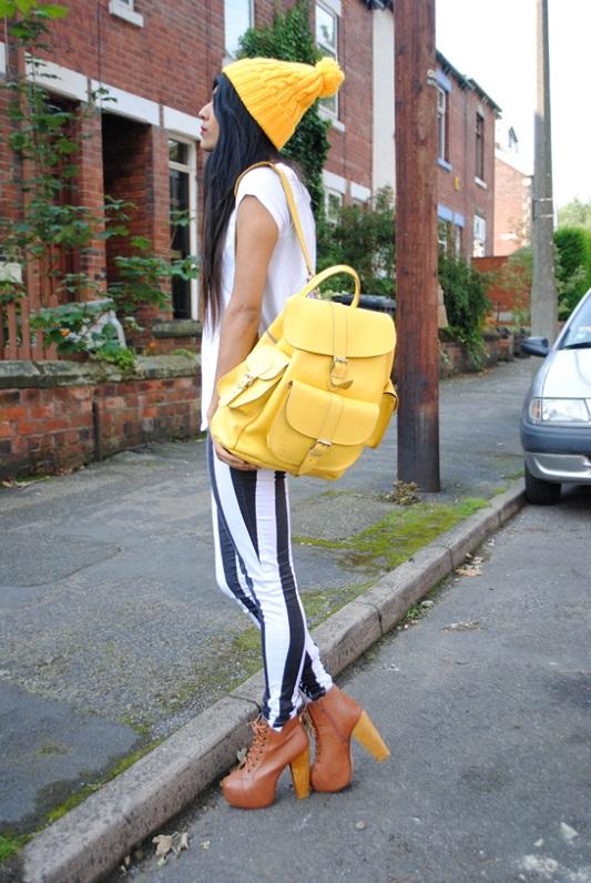 Девушка в полосатых брюках