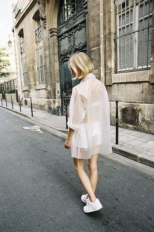Девушка в полу прозрачной белой рубахе и белых криперах