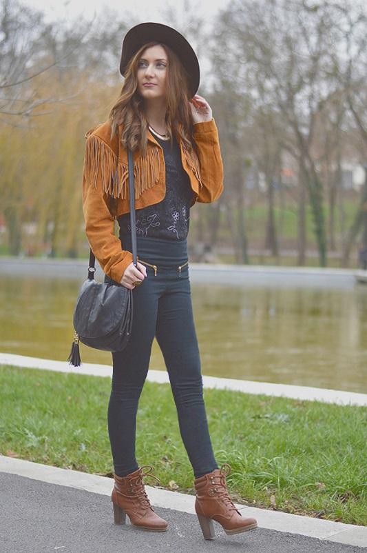 Девушка в рыжей куртке