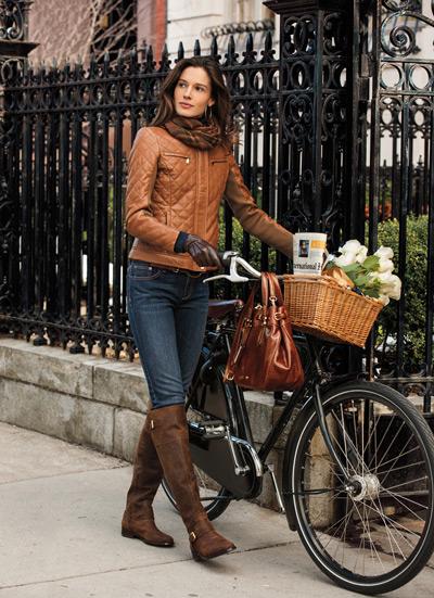 Девушка в сапогах и коричневой куртке
