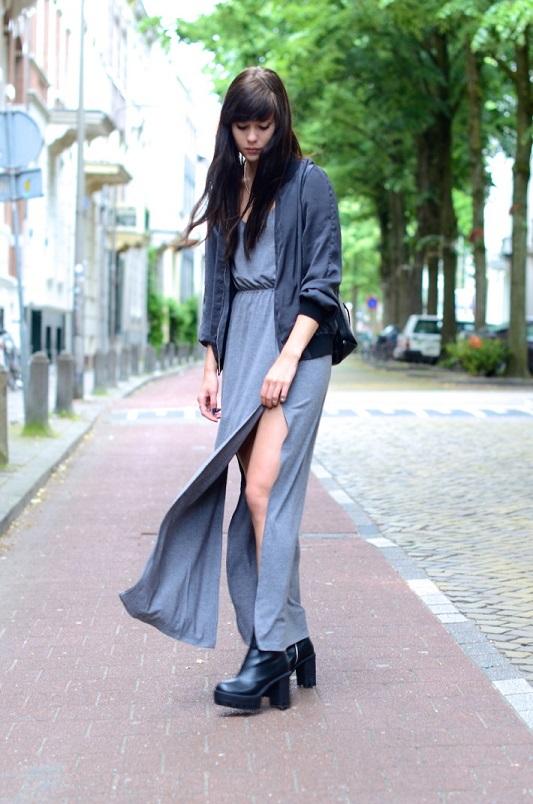 Девушка в сером платье