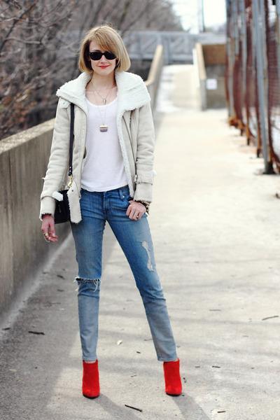 Девушка в серой куртке