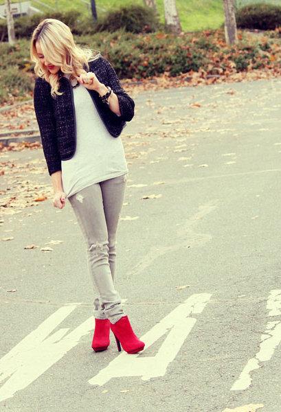 Девушка в серых брюках