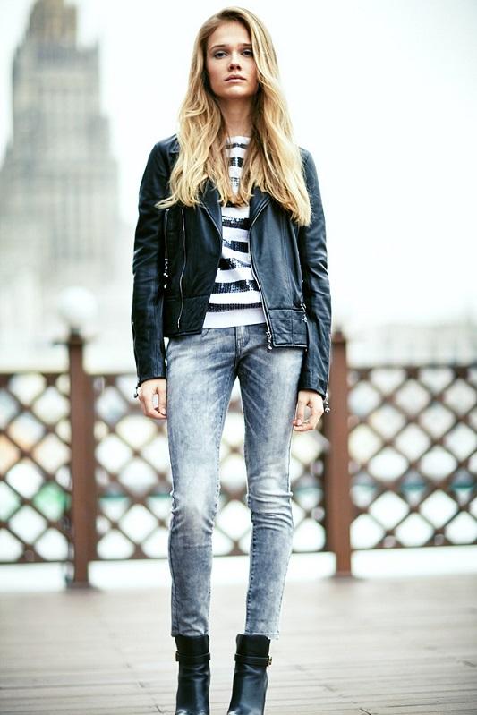 Девушка в серых джинсах и полосатом джемпере