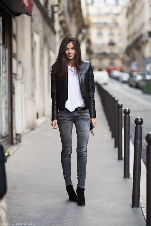 Девушка в серых джинсах