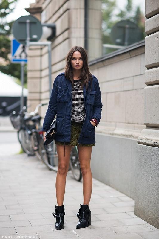 Девушка в синей куртке
