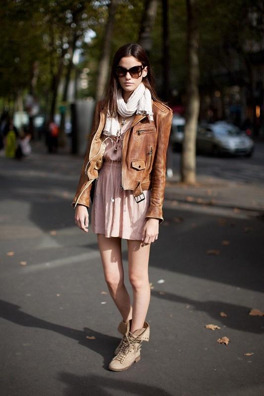 Девушка в светло-коричневой куртке