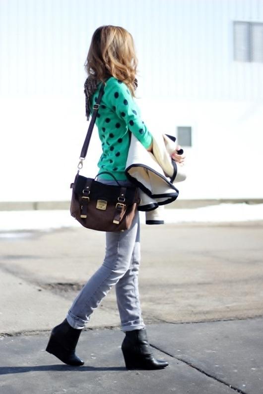 Девушка в светлых брюках