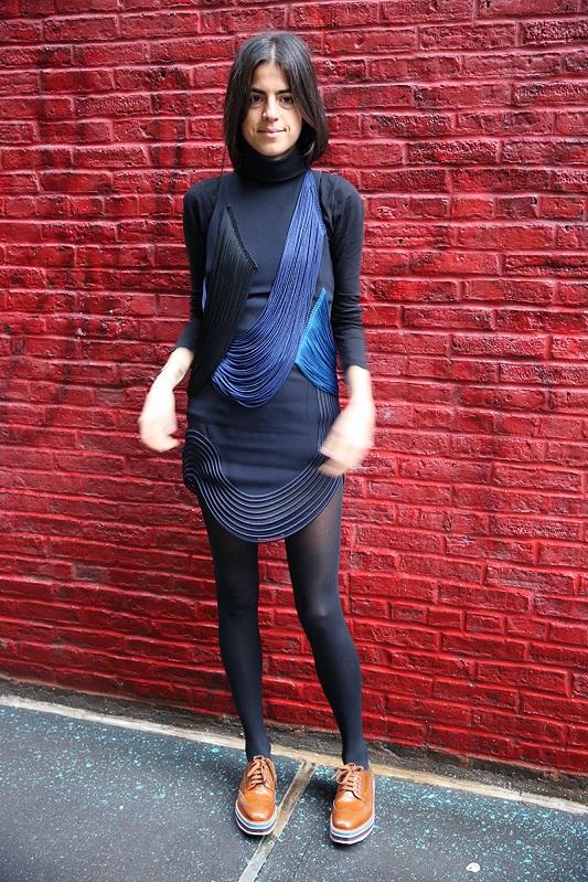 Девушка в темно синем платье и коричневых криперах на шнуровке